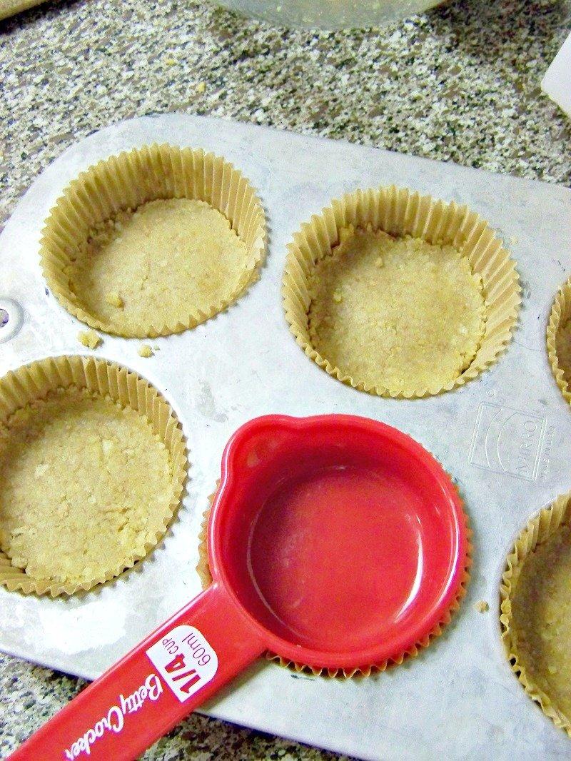 How to make a cupcake graham cracker crust at sewlicioushomedecor.com