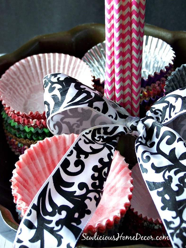 Bundt Pan Gift Basket ideas. Fill with cupcake liners and paper straws.